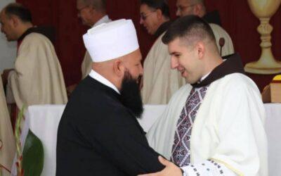 Lijepa priča iz BiH: Prozorski imam došao na prvu misu mladom svećeniku